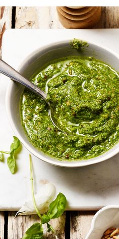 Pesto geht immer? Dann ist dieses Rezept genau das Richtige für dich! Mit Basilikum, Knoblauch, Parmesan und Pinienkernen ist es einfach ein Genuss!