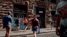 La città trasformata nella centrale internazionale del traffico di droga. Gestito da gruppi criminali romani, in affari con i boss della 'ndrangheta e della camorra. Un business straordinario che permette di raccogliere con un solo carico un miliardo e 300 milioni di euro: più del valore in Borsa di Roma e Juventus.Il procuratore Pignatone: la rotta che parte dalla Capitale ha come obiettivo l'intera EuropaLe droghe più usate al mondo: