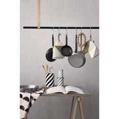 Cloth Rack klesstang fra Ferm Living. Behøver du noe fint å henge dine klær på? ...