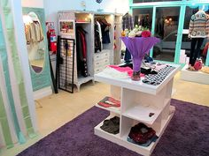 Isla con estantes para locales de ropa Bridal Boutique, A Boutique, Modular Closets, Dressing Chair, Store Layout, Visual Display, Store Displays, Kids Store, Baby Shop