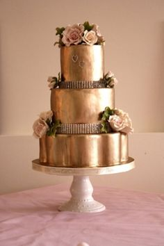 Gold wedding cake- this one is kind of gaudy but the idea of a gold cake is cool Beautiful Wedding Cakes, Gorgeous Cakes, Pretty Cakes, Metallic Cake, Metallic Wedding Cakes, Metallic Gold, Solid Gold, White Gold, Black White