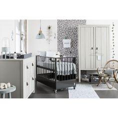 <p>Een stoere babykamer uit de Stapelgoed collectie van Coming Kids. De set bestaat uit een metalen ledikant en een robuuste commode en kledingkast.</p>