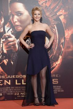 JENNIFER LAWRENCE At The Hunger Games: Catching Fire Madrid premiere, Jennifer Lawrence oozed elegance in a navy Christian Dior dress with a sheer skirt and edgy Anthony Vaccarello sandals. She styled her new pixie with roughed-up layers. Navy Prom Dresses, Strapless Dress Formal, Navy Gown, Blue Gown, Formal Dresses, Catching Fire, Madrid, Celebrity Red Carpet, Celebrity Style