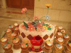 お花のピエスモンテをたくさんあしらったケーキ。カップケーキも。