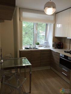 Интерьер маленькой кухни, раковина у окна на кухне