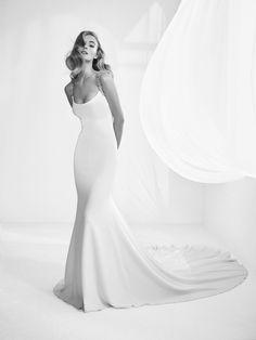 Rafia: Elegante vestido de novia de corte sirena, escote redondo con tirantes de joya. Gran espalda pronunciada y una caída espectacular con cola.