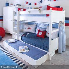 Perfekt eingerichtetes Etagenbett mit Schublade im maritimen Kinder- und Jugendzimmer für Jungen.