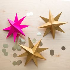 Askartele kaunis joulutähti. Näillä ohjeilla onnistut varmasti. Tarvitset vain paperia, sakset ja liimaa. Koristele ja yllätä kauniilla kattauksella. Diy Projects To Try, Origami, Diy And Crafts, Triangle, Christmas Decorations, Xmas, Home Decor, Ukulele, Pop Up