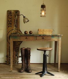 Lovely Singer tool, old wooden sign and industrial desk lamp, and industrial pendant light, great combination. Perfect for a any work station in your home! Vintage Design, Vintage Decor, Vintage Furniture, Rustic Decor, Home Furniture, Antique Decor, Vintage Style, Furniture Design, Industrial House