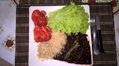 """Almoço.Arroz integral,feijão preto e couve folha.2 tomates orgânicos e 5 folhas de alface.Óleo de coco no arroz e feijão.Um """"fio""""de óleo extra virgem para salada.Temperos...Cebola roxa,alho e sal rosa do Himalaia.Simples e muito nutritivo.""""Coma pra viver,e não viva pra comer"""".Faça você mesmo o prato,coloque sua energia neles.A comida têm um """"gosto""""diferente...Mágico!!!"""