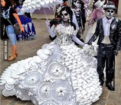 """Best Day of the Dead Costume Ever. We spied this amazing Day of the Dead costume online today. The dress is skillfully made of """"cups, plates, and plastic utensils,"""" and it looks like the suit is made of garbage bags costume inspiration Halloween Karneval, Halloween Kostüm, Halloween Costumes, Halloween Dress, Steampunk Halloween, Halloween Makeup, Vintage Halloween, Halloween Designs, Mexican Holiday"""