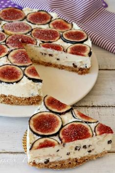 The purple fig cheesecake is a cold, uncooked cake made with a Philadelphia yogurt and honey cream c Quick Easy Desserts, Fast Easy Meals, Easy Baking Recipes, Amish Recipes, Just Desserts, Dessert Recipes, Cooking Recipes, Cooking Figs, Cheesecake Cake