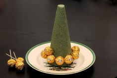 How to Make a Ferrero Rocher Christmas Tree (with Pictures) Chocolate Tree, Chocolate Crafts, Chocolate Bouquet, Christmas Chocolate, Ferrero Rocher Tree, Ferrero Rocher Bouquet, Candy Bouquet Diy, Diy Bouquet, Diy Christmas Tree