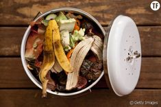 Composting Hacks Compost Bucket - Start making your own fertilizer. Here are seven fertilizer recipes that are easy to whip up, and way cheaper than anything you can buy. Homemade Compost Bin, Best Compost Bin, Homemade Plant Food, Making A Compost Bin, Kitchen Compost Bin, Compost Bucket, Kitchen Waste, How To Start Composting, Composting At Home