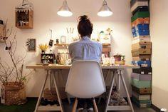 200万住宅Blog: 彼女の机は夢が溢れている。(IKEAの木製架台で作る机)