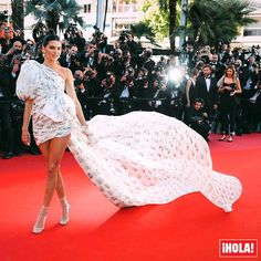 @KendallJenner vuelve a pisar Cannes demostrando que ella tiene sus propias reglas. Y es que la modelo ha llevado para sus 'outfits' de fiesta prendas y complementos típicos de la moda 'street style': calcetines tobilleros con sandalias y, dos días después, 'shorts' vaqueros. Un acto de rebeldía estilística que está empezando a generar un debate sobre si el concepto clásico de alfombra roja está obsoleto.  #kendalljenner #cannes #cannes2017 #looks