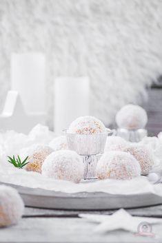 Ho, ho, ho - ich entführe euch in die Welt des ewigen Schnees und zeige euch dabei, wir ihr ganz einfach, zuckersüße essbare Schneebälle zubereiten könnt.