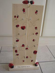 sleutelrekje als juffen cadeau bij het afscheid van groep 3, gemaakt van een plank steigerhout, en stenen voor de lieveheersbeestjes! nu kunnen alle kids van de klas hun sleutel netjes ophangen..