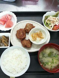 8月1日。ごぼう入り薩摩揚げ、蒸し鶏のサラダ、茄子の韓国風和え、じゃがいも味噌汁、、スイカでした!カロリー622、たんぱく質26g、塩分3.2gです♪