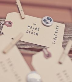 [no link with picture] I really like this idea. and the little pin. Wedding Tags, Wedding Blog, Diy Wedding, Wedding Styles, Wedding Ideas, Seating Plan Wedding, Plan Your Wedding, Seating Plans, Vintage Wedding Theme