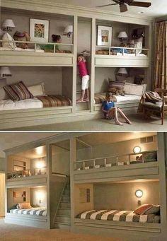 Cuartos grandes y modernos: Una habitación para 4 personas moderna.. Es hermosa, tiene escaleras, cuadros en cada cama, lamparas, etc.