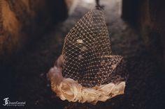 Tocado de novia, flores y tul, tocado blanco de Pluma & Collar
