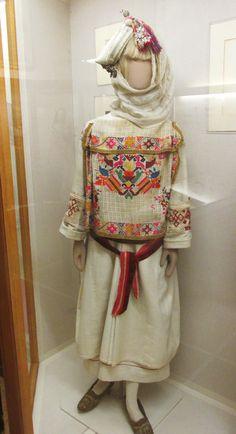 Παραδοσιακή γυναικεία φορεσια απο το Πυργί της Χίου