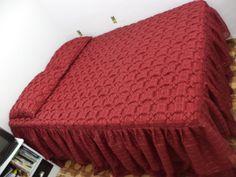 Colchas Casal bordadas em capitone balões, confeccionada em tecido voal xadrez com forro de cetim, acompanha 2 capas para travesseiro bordada e forro em cetim. <br> <br>Todo trabalho é feito manual, feita sob encomenda na cor desejada.
