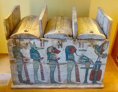 """Cofre para contener ushebtis """"estatuillas funerarias"""" elaborado en madera estucada y pintada. Período Tardío de Egipto. Museo del Louvre en París."""