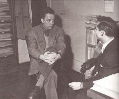 Urbano Tavares Rodrigues com Albert Camus, no gabinete das edições Gallimard, em Paris, 24 de dezembro de 1953.