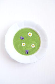 Good news, wenn man nach einem Bärlauch-Rezept sucht: Der Frühling naht unaufhaltsam. Am besten genießt man den Frühling heuer in vollen Zügen, mit frischer Frühlingspower. Denn Bärlauch stärkt die Abwehrkräft und kurbelt den Stoffwechsel an. #Bärlauch #Suppe #vegan #laktosefrei #glutenfrei #zuckerfrei #prokopp Vegan, Vitamin E, Good News, Plates, Tableware, Addiction, Metabolism, No Sugar, Glutenfree