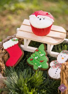 Οι Χριστουγεννιάτικες δημιουργίες μας! Cupcake Shops, Cake Pops, Gingerbread, Bakery, Sweets, Cookies, Christmas Ornaments, Holiday Decor, Desserts