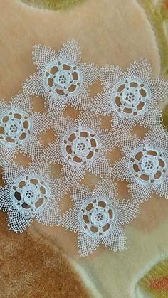 Vitrin Needle Tatting, Needle Lace, Lace Flowers, Crochet Flowers, Crochet Tablecloth, Table Covers, Doilies, Diy And Crafts, Miniatures
