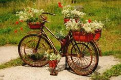 Kreative Garten Deko Ideen mit alten Fahrrädern - http://wohnideenn.de/gartenpflanzen/11/garten-deko-ideen-fahrrad.html #GartenPflanzen