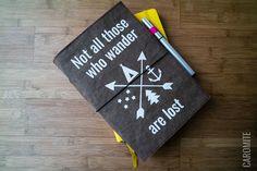 Kennst du Midori Traveler´s Notebooks? Das sind hübsche Lederhüllen aus Japan, in denen mehrere Notizhefte mittels eines Gummibandes gehalten werden. Simpel und praktisch, denn die Hefte sind schön umhüllt und können jederzeit einfach ausgetauscht werden. Eine interessante Idee hinter diesen Hüllen ist es, dass Kratzer und Flecken erwünscht sind. Diese sollen das Notizbuch mit der Zeit zum Unikat machen. Spannend! Aber mal ehrlich – so individuell sind Kratzer dann auch nicht, oder? Viel…