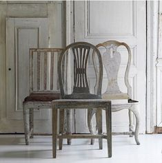 A contemporary small apartment with Swedish style Interior Design. A small space apartment, with very cozy and spacious interior. Old Chairs, Antique Chairs, Dining Chairs, Mismatched Chairs, Vintage Chairs, Dining Room, Dining Table, Wooden Chairs, Furniture Vintage