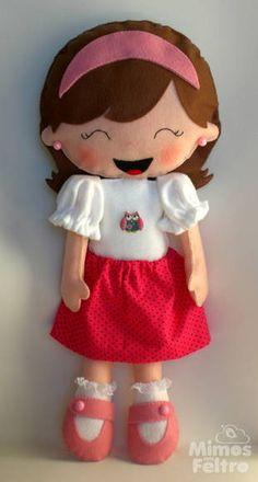 Boneca personalizada, toda costurada à mão. Corpo em feltro e saia de tecido 100% algodão. R$ 80,00