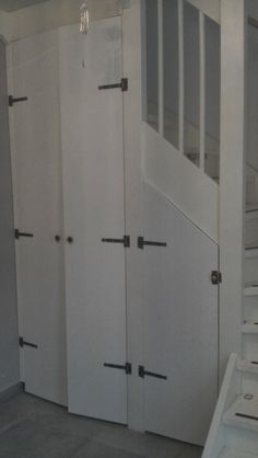 De ruimte onder de trap heb ik bij het ontwerpen bewust open gelaten om hier later een garderobe en kleine berging van te maken. Rondsl...
