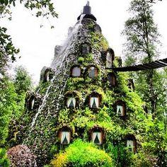 Das außergewöhnliche Hotel in Neltume, Chile ist das perfekte Reiseziel für Outdoor-Fans! Das Huilo Huilo ist ein Hotel mitten im Naturschutzgebiet und bietet sich so für wunderschöne Natur-Wanderung an.
