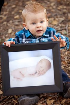 Hansen - Think this is something I want to try for Alex's 1 year photo session. 1 year photo, holding his newborn photo! 1 Year Pictures, First Year Photos, Baby Pictures, Family Photos, 1 Year Baby, One Year Old Baby, 1 Year Birthday, 1st Boy Birthday, Baby Boy Photos