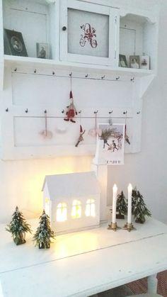 Då kör jag på med mera jul i vårt hus !! Den gamla träkyrkan har sin plats i vardagsrummet, jag har lagt en liten ljusslinga i den så att...