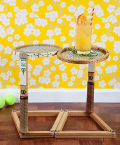 Wow, talk about repurposing! Turn a pair of wooden tennis rackets into a table. [photo by Lori Eanes] Tennis Tips, Le Tennis, Badminton, Cadre Photo Polaroid, Tennis Decorations, Tennis Party, Tennis Table, Tennis Crafts, Vintage Tennis