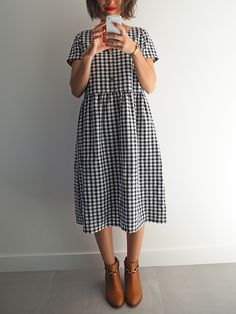 I sewed a long gingham dress. I like this fabric that keeps the wrinkles of the washing machine, it adds charm, experience … Gingham Dress, Plaid Dress, Diy Kleidung, Vintage Dress Patterns, Couture Sewing, Kimono Dress, Fashion Sewing, Cotton Dresses, Diy Clothes