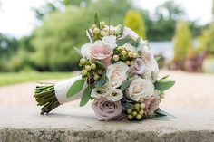 Blush, champagne and ivory bride bouquet by Boutique Blooms. Quicksand roses, menta roses, vendella roses, Charity David Austin Roses. Photo: David Rouse, Cherry Blossom Wedding Photography.