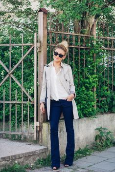 justthedesign: Katarzyna Tusk in dark blue flare jeans from River Island perfectly matched with a white skirt from Mango and the casual trench coat is from Zara Outfits 2016, Casual Outfits, Work Outfits, Casual Street Style, Casual Chic, Street Chic, Look Fashion, Fashion Outfits, Fashion Fall