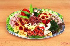 Složení: vepřová šunka, debrecínská pečeně, anglická slanina, paprikový pálivý salám, Herkules, pochoutkový (rumcajs) salát, čerstvá zelenina, sýr eidam, uzený sýr, Niva, holandský sýr, aspik.