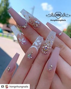 In search for some nail designs and ideas for your nails? Here's our set of must-try coffin acrylic nails for trendy women. Glam Nails, Bling Nails, Cute Nails, Beauty Nails, Smart Nails, Classy Nails, Diy Nails, Pretty Nails, Fabulous Nails