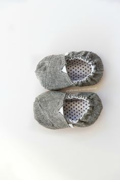 baby sized toms by craftiness is not optional (includes link to free Baby Toms tutorial + pattern) How cute are these little shoes? Baby Toms, Cheap Toms Shoes, Toms Shoes Outlet, Couture Bb, Moda Fashion, Runway Fashion, Shoes Heels Boots, Shoes Men, Hot Shoes