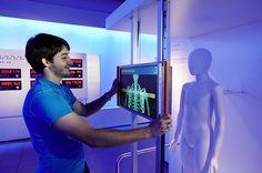 """Interaktives Exponat / Hands-On - Mit dem beweglichen Monitor scannt der Besucher den Körper der Figur. Sonderausstellung """"Zeit"""" in der Experimenta Heilbronn. Konzipiert und realisiert von Impuls-Design."""