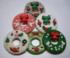 Unique Christmas Cookies Can Taste Amazing – Make Them Your Favourite Christmas Characters Christmas Wreath Cookies, Xmas Cookies, Christmas Sweets, Cute Cookies, Christmas Goodies, Christmas Baking, Christmas Stuff, Biscuits, Cookie Pictures